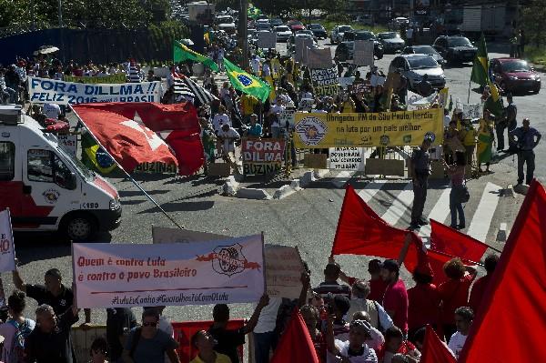 "Manifestantes protestan a favor y en contra<span class=""hps""> Dilma</span> <span class=""hps"">Rousseff, y</span> <span class=""hps"">Luiz</span> <span class=""hps"">Inácio</span> <span class=""hps"">Lula da</span> <span class=""hps"">Silva</span><span>.</span>"