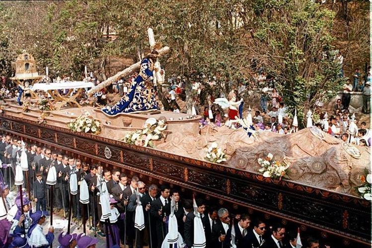 Asturias dedicó poemas a la imagen de Jesús de Candelaria, en la foto, en su procesión de 2001. (Foto Prensa Libre: Hemeroteca PL)