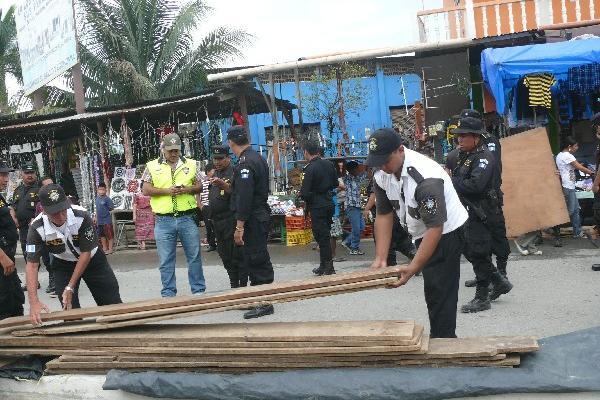 autoridades desarman   ventas instaladas   en Puerto Barrios.