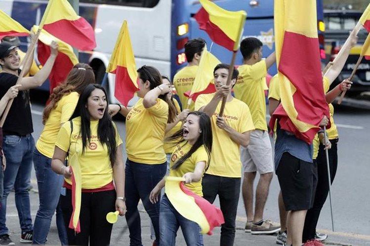 Simpatizantes del candidato Carlos Alvarado, del Partido Acción Ciudadana, ondean sus banderas al cierre este sábado de la campaña. (Foto Prensa Libre: EFE)