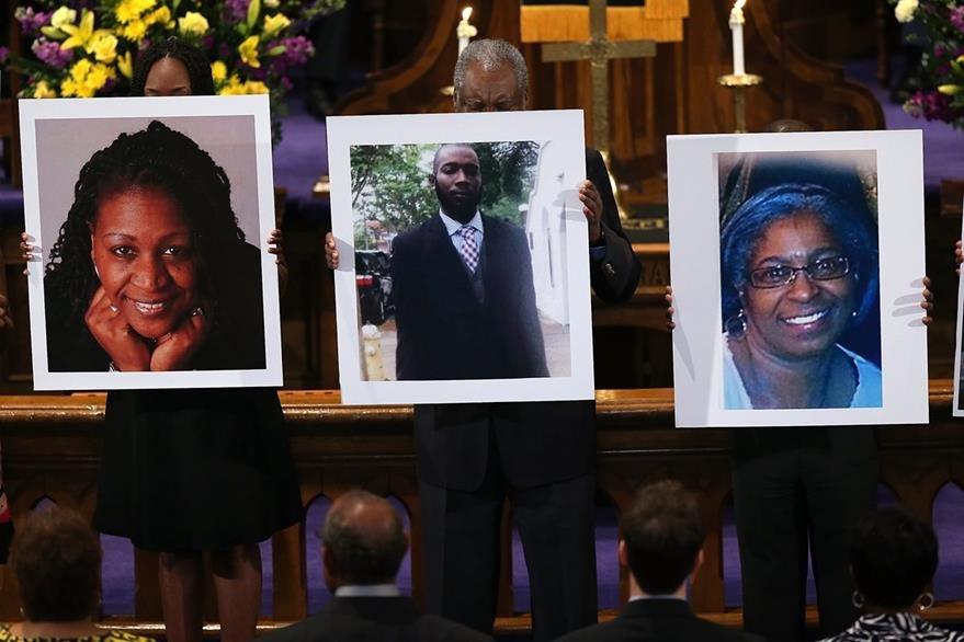 Familias lloran la pérdida de sus seres queridos en un ataque en Charleston. (Foto Prensa Libre: AFP).