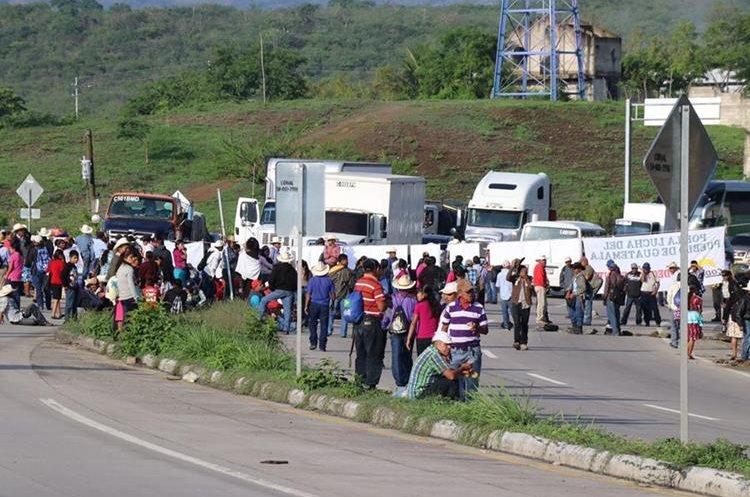 Decenas de campesinos mantienen bloqueada la ruta al Atlantico a la altura del kilometro 53 en el ingreso a Sanrate.