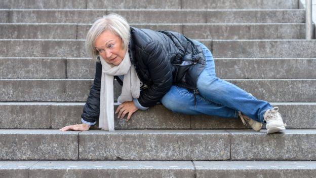 Los ancianos tienen más posibilidades de sufrir fracturas de cadera. (GETTY IMAGES)