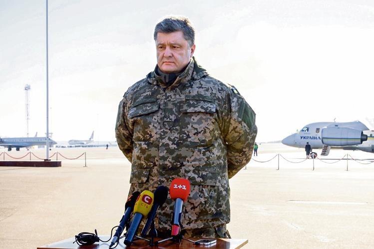 Vestino de militar, el presidente ucraniano Petro Poroshenko anuncia la retirada de tropas de la ciudad de Debaltsevo, tomada por rebeldes prorrusos.