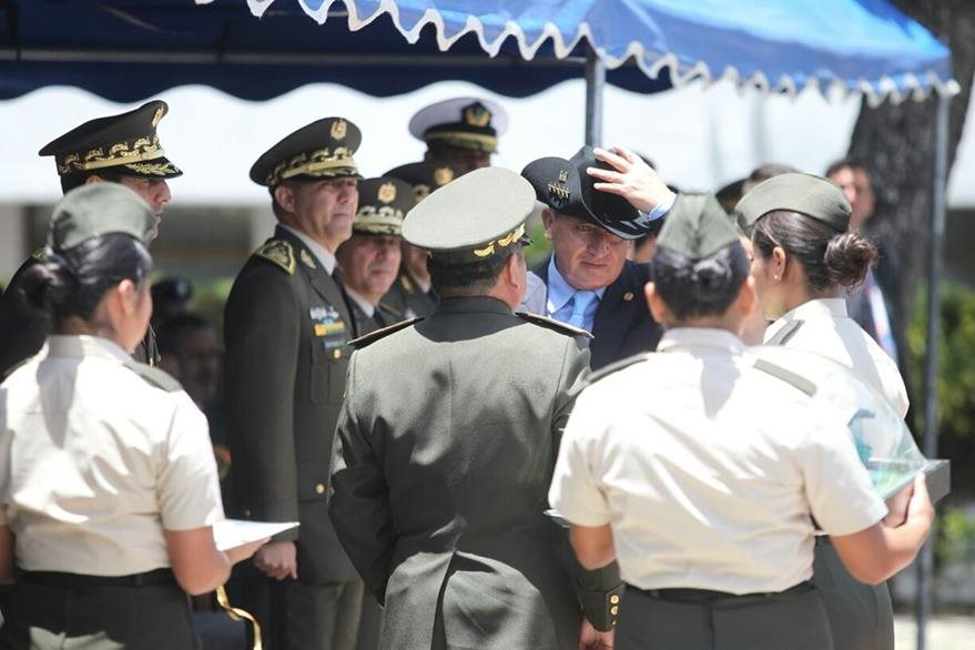 El presidente Otto Pérez recibe un sombrero, característico de los oficiales del Cuerpo de Ingenieros del Ejército. (Foto Prensa Libre: Esbin García)