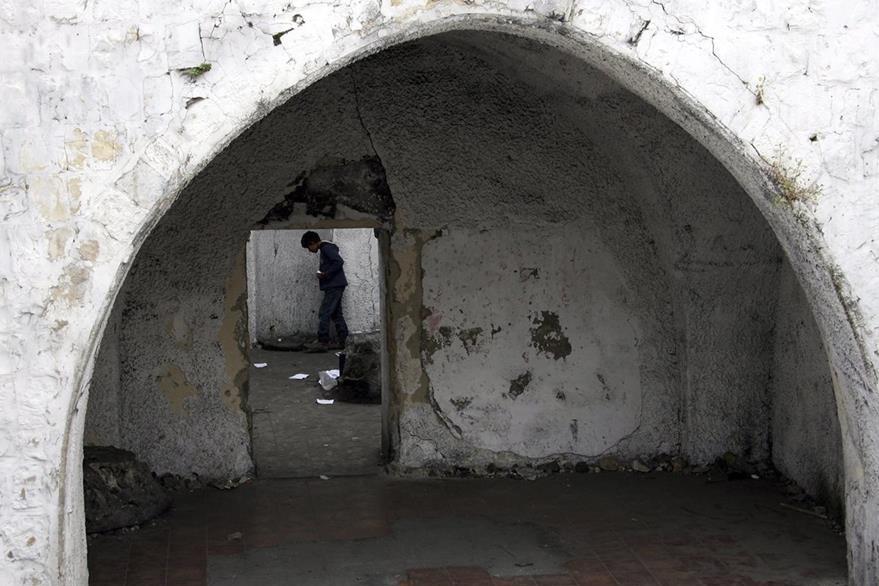 En esta fotografía de archivo un niño palestino busca de velas en la tumba de José en Nablus (Palestina). (Foto Prensa Libre: EFE).