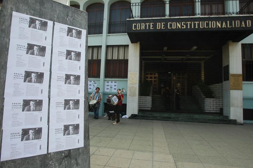 Afuera de la CC se colocan afiches solicitando el retiro de la inmunidad del diputado oficialista Édgar Ovalle, por el caso Creompaz. (Foto Prensa Libre: Álvaro Interiano)