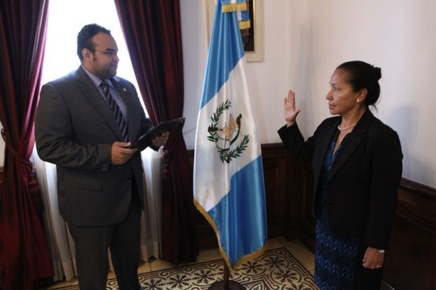 Lucía Armas es juramentada como nueva viceministra. (Foto Prensa Libre: Ministerio de Cultura)