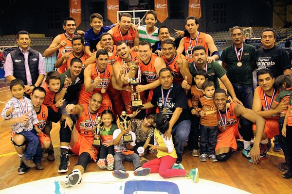 Los campeones de Barberena posan con el trofeo. (Foto Prensa Libre: Cortesía CDAG)