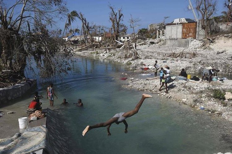 A pesar de la tragedia, los haitianos intentan normalizar su vida. (Foto Prensa Libre: AFP).