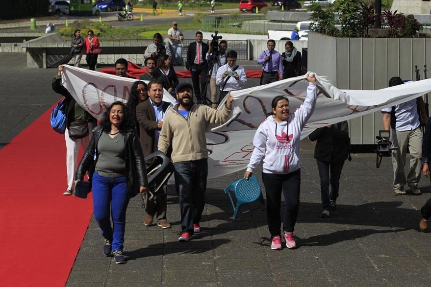 Ciudadanos acudieron a la CSJ para exigir una depuración en los órganos de justicia. (Foto Prensa Libre: Carlos Hernández)