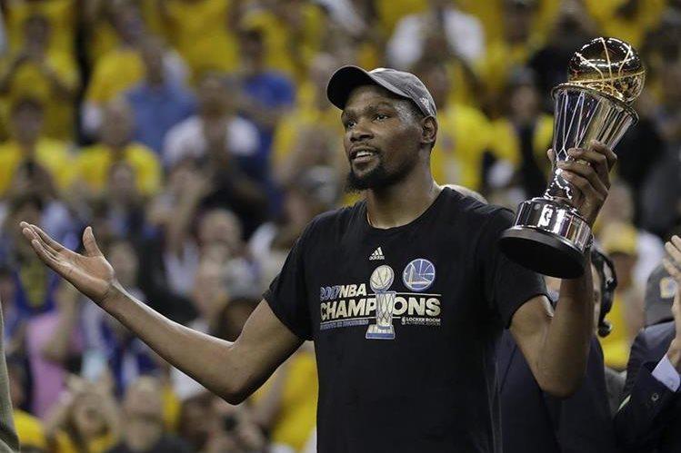 Kevin Durant seguirá con los Golden State Warrios, campeones de la NBA. (Foto Prensa Libre: AP)