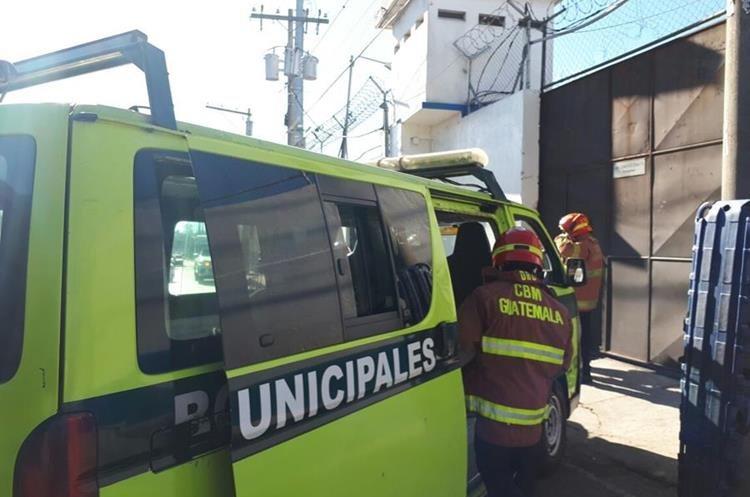 Dentro del correccional Las Gaviotas se alertó del hallazgo del cadáver de uno de los internos. (Foto Prensa Libre: Érick Ávila)