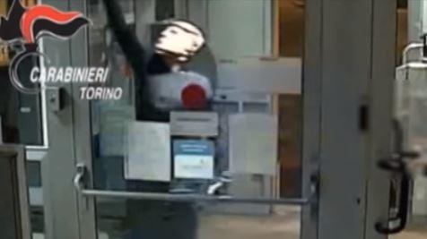 Cámara de seguridad capta el momento de asaltantes con máscaras de Trump. (Captura de Youtube)