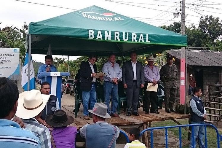 Vecinos de la colonia El Naranjo, en Cubulco, Baja Verapaz, asisten a entrega de pago por resarcimiento. (Foto Prensa Libre: Carlos Grave)