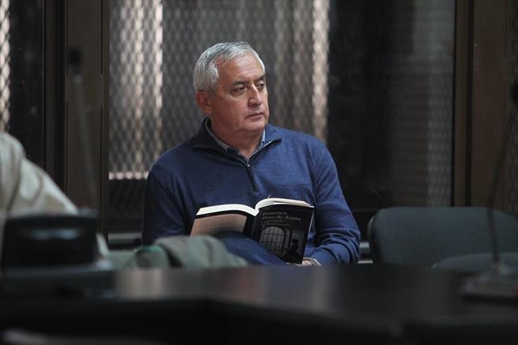 """El expresidente Otto Pérez Molina aprovecha para leer un libro durante una de las audiencias del Caso """"La Línea"""" (Foto Prensa Libre: Érick Ávila)."""