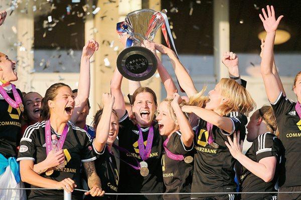 Las jugadoras del Fráncfort celebran con la Copa. (Foto Prensa Libre: EFE).