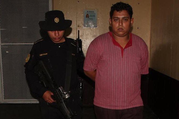 Al menos 408 municiones le fueron decomisadas a un taxista en la zona 18 capitalina. (Foto Prensa Libre: PNC)