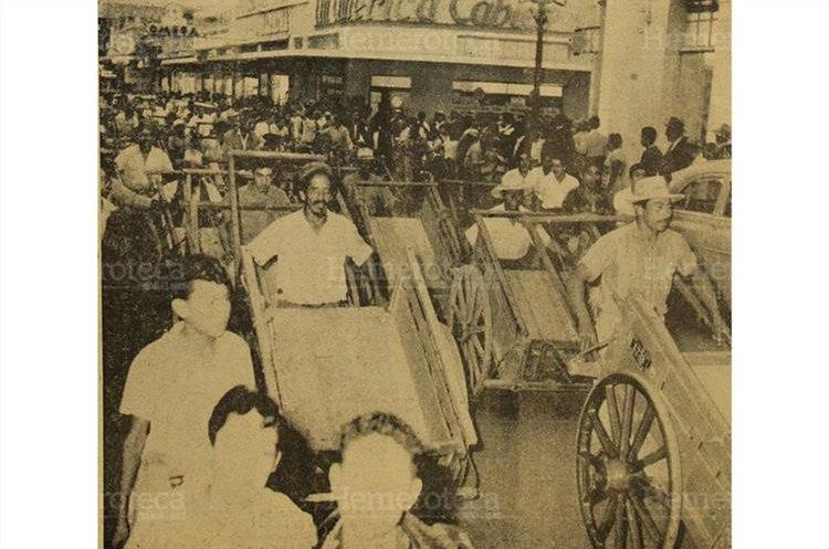 Millares de ciclistas y dueños de carretillas de mano desfilaron por las avenidas céntricas de la ciudad, protestando por las disposiciones del departamento de tránsito. 28/4/1956. (Foto: Hemeroteca PL)