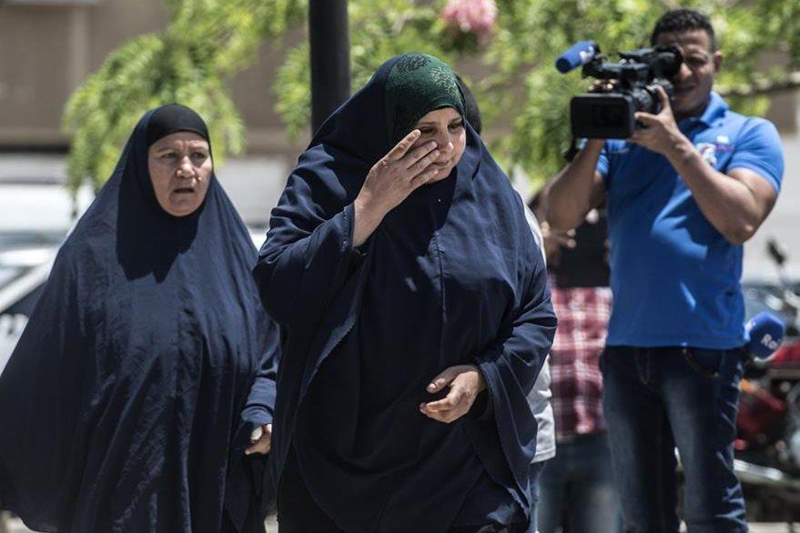Mujeres lloran al enterarse del accidente aéreo. (Foto Prensa Libre: AFP).