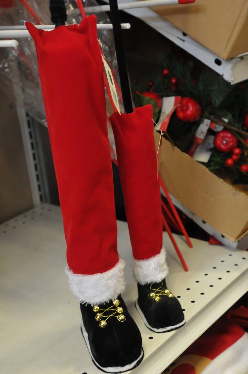 ¿Dónde está Santa Claus?, pues oculto en el árbol de Navidad y solo sus piernas salen a relucir. También se pueden colocar gorros de duendes.