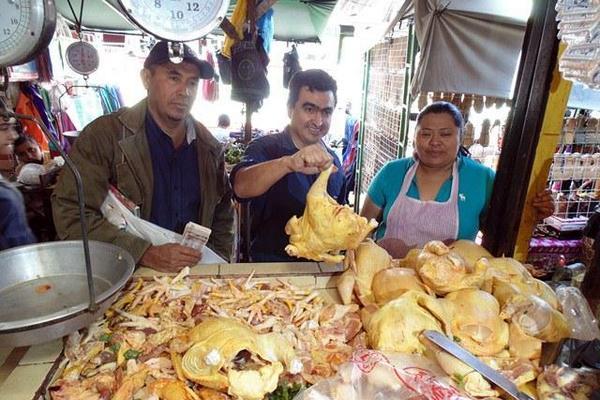 <p>Vecinos y vendedores del mercado de Jalapa reúnen alimentos para donarlos a hospital nacional. (Foto Prensa Libre: Hugo Oliva) <br></p>