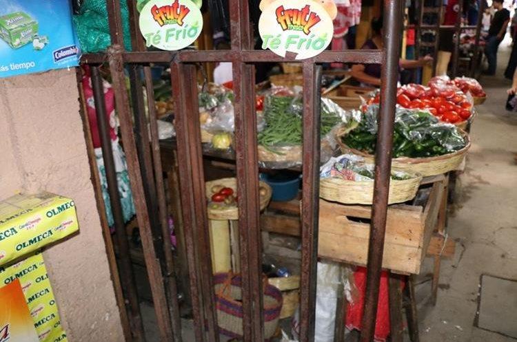 Los barrotes de las puertas del mercado la terminal de Chiquimula están corroídos por efecto de la humedad y el paso del tiempo. (Foto Prensa Libre: Mario Morales)