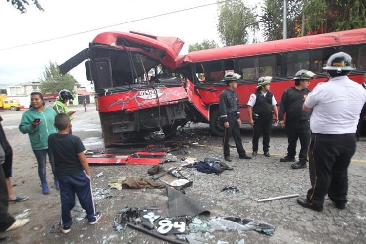 Los autobuses involucrados en el choque, en la zona 13 de la capital, cubren la ruta 83. (Foto Prensa Libre: Érick Ávila)