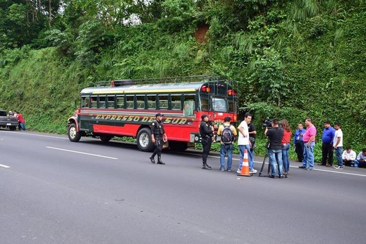 Autobús en el que murió baleado un pasajero en el km 49 de la autopista Palín - Escuintla. (Foto Prensa Libre: Carlos E. Paredes)