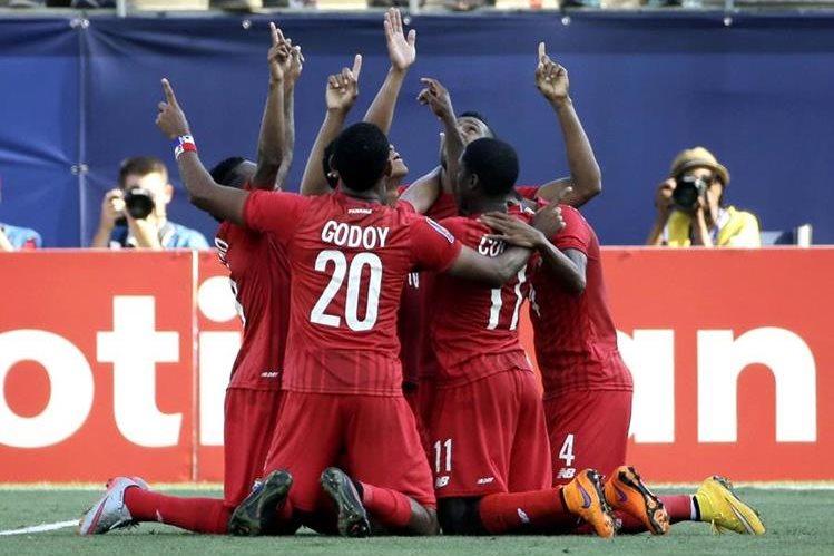 Los jugadores de la Selección de Panamá agradecen a Dios el triunfo. (Foto Prensa Libre: AP)
