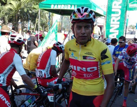 Adler Torres el líder de la 56 Vuelta a Guatemala al llegar a la línea de salida.