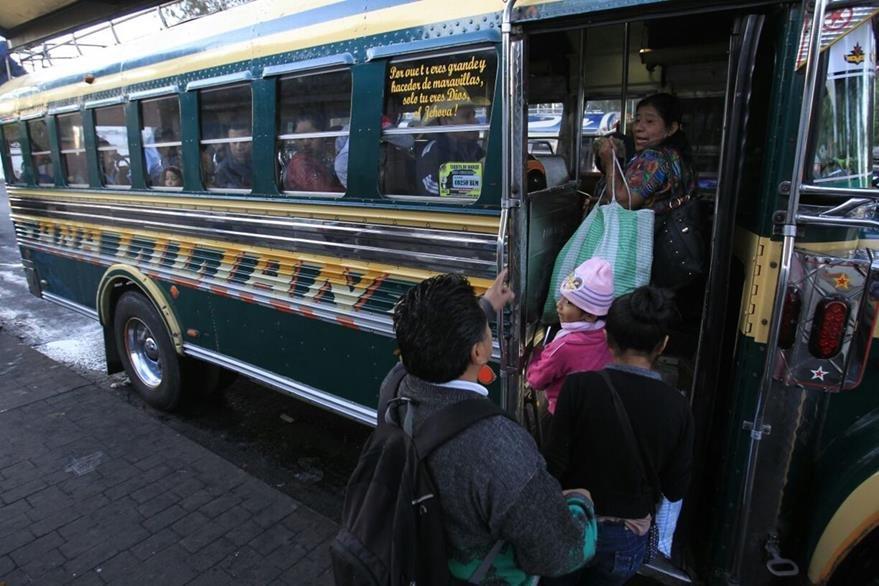 Algunos usuarios han reportado aumento de pasaje. (Foto Prensa Libre: Carlos Hernández)