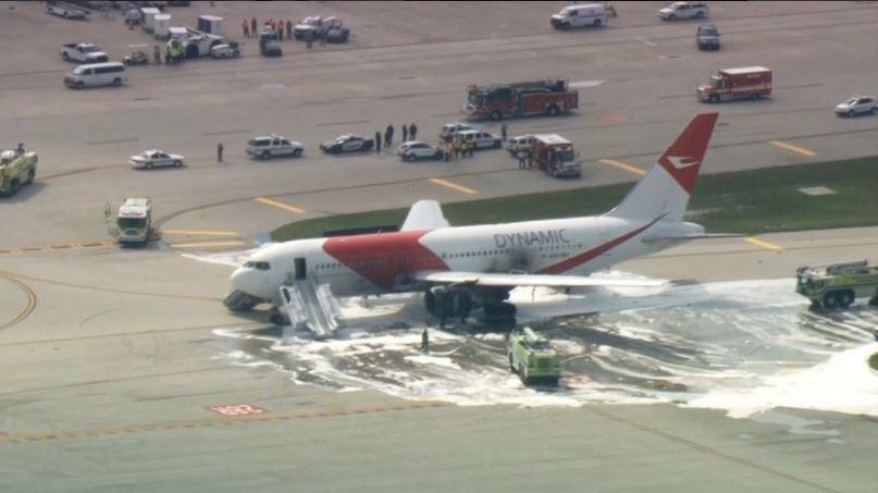 Equipos de socorro tratan de sofocar las llamas en el avión siniestrado. (Foto: @notihoyweb).