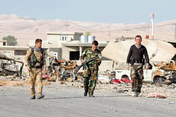 Soldados de las fuerzas kurdo iraquíes vigilan una calle de Zumar, cerca a Mosul, norte de Irak que estaba bajo el control del Estado Islámico
