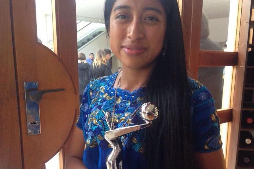 La protagonista de la película, María Mercedes Coroy, sostiene el primer premio Platino de Ixcanul.