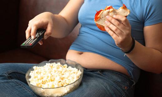 Los malos hábitos alimenticios y el excesivo tiempo permaneciendo sentado es uno de los factores que influyen en el sedentarismo. (Foto Prensa Libre: Internet).