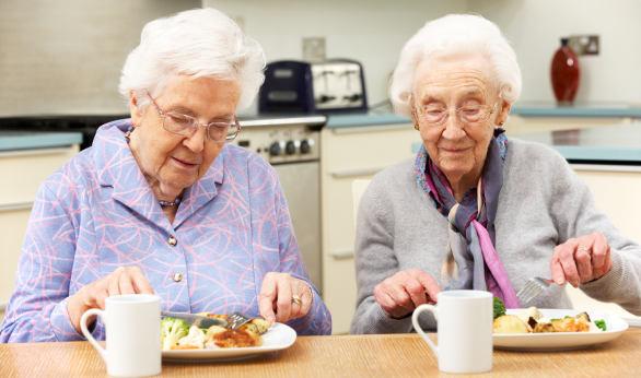 Los adultos mayores deben alimentarse según sus requerimientos, padecimientos, medicamentos que consumen y actividad física.