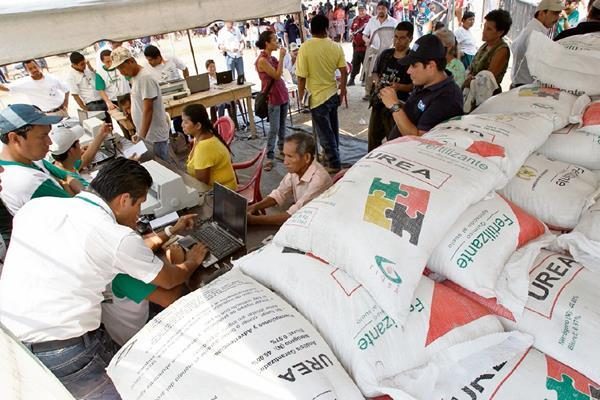 el gobierno dispone de cien mil sacos de abono en 27 bodegas de 18 departamentos.