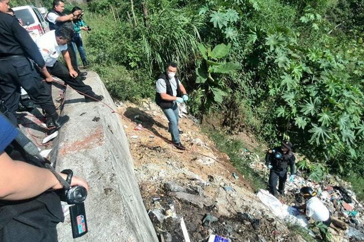 El primer cadáver fue encontrado en el fondo de un barranco en la zona 25. (Foto Prensa Libre: Óscar Rivas)