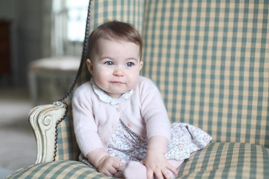 La princesa Charlotte fue fotografiada por su madre, la duquesa de Cambridge. (Foto Prensa Libre: AP).