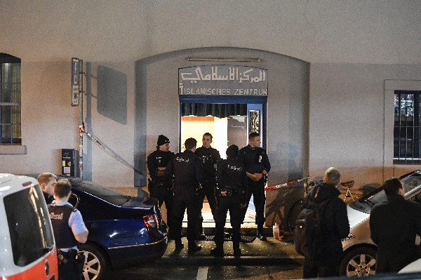 Varios policías montan guardia frente a un centro religioso musulmán, en Zurich, Suiza.(EFE).