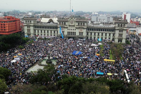Miles de guatemaltecos participaron para rechazar la corrupción gubernamental  que ha salido a luz debido al caso ¨La Línea¨. (Foto Prensa Libre: Hemeroteca PL)
