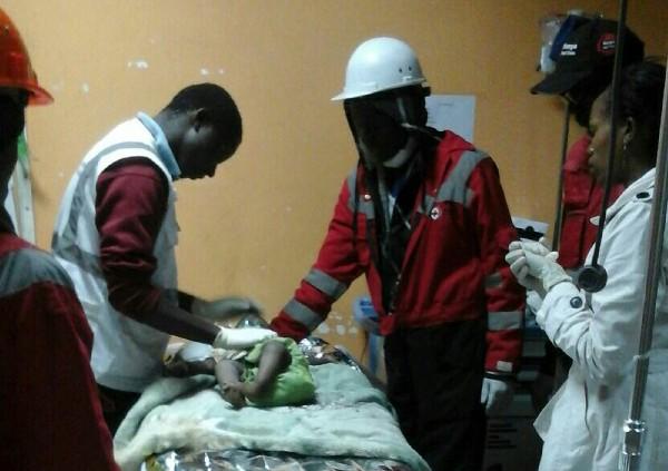 Una niña que es atendida tras ser rescatada de un edificio derrumbado.