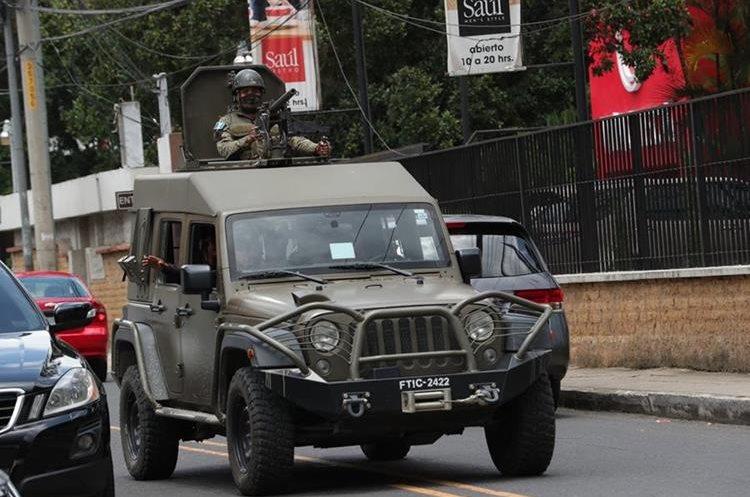 Dentro de los vehículos se transportaban agentes de la Policía Nacional Civil y del Ejército de Guatemala.
