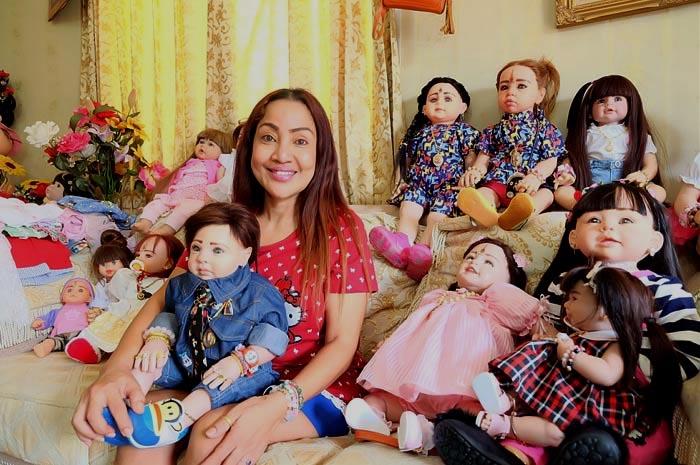 Mama Ning junto a sus creaciones. (Foto Prensa Libre: Bangkok.coconuts.com)