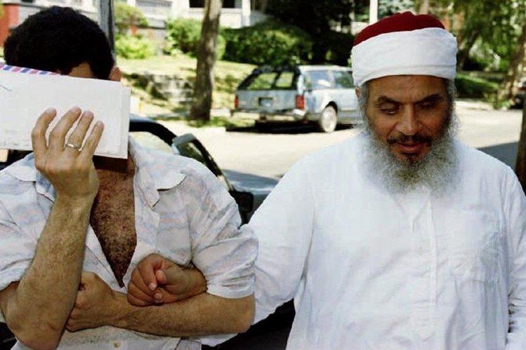 El jeque Omar Abdel-Rahman, ingresa a una mezquitaa en Jersey City en 1993. (Foto: AFP)