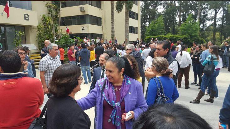 Como medida de precaución, trabajadores mexicanos fueron evacuados de edificios altos. (Foto: @imagensigloxxi).
