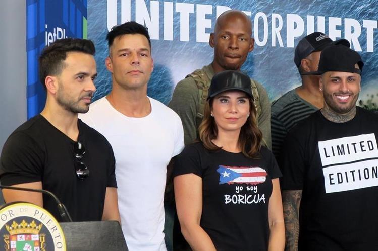 Los cantantes Luis Fonsi, Ricky Martin y Nicky Jam junto a activistas socales y el exbasquetbolista estadounidense Ray Allen durante una rueda de prensa a su llegada a Puerto Rico. (Foto Prensa Libre)