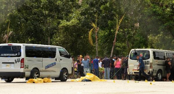 Curiosos observa la escena en la que ocho personas murieron en Choloma, Honduras.