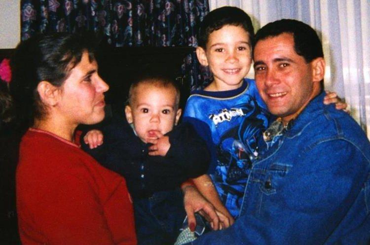 Juan Miguel González carga a su hijo Elián momentos después de su arribo a la base aérea Andrews el 22 de abril de 2000. (Foto: AP)